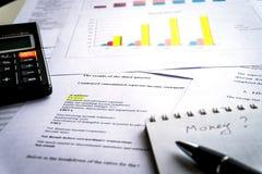 Het analyseren van bedrijfsrapport met grafieken en diagrammen royalty-vrije stock afbeelding