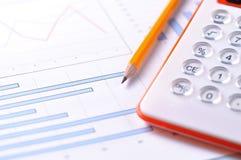 Het analyseren van een statistisch verslag royalty-vrije stock afbeeldingen