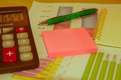 Het analyseren van financiële gegevens en het tellen over calculator Stock Foto's
