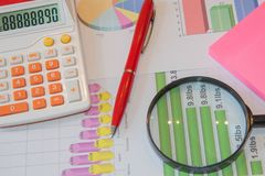 Het analyseren van financiële gegevens en het tellen over calculator Stock Afbeelding