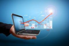 Het analyseren van financiële grafieken royalty-vrije stock foto's