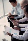 Het analyseren van financieel rapport Stock Afbeeldingen