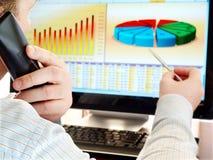 Het analyseren van gegevens over computer. Stock Afbeeldingen