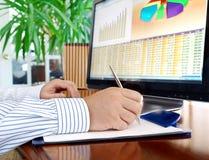 Het analyseren van gegevens over computer. Stock Foto's