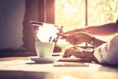 Het analyseren van gegevens Sluit omhoog handen van commercieel team die in creatief bureau samenwerken terwijl vrouw het richten royalty-vrije stock afbeeldingen