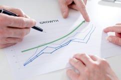Het analyseren van groeiende resultaten Stock Afbeeldingen