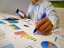 het analyseren van inkomensgrafieken en grafieken met calculator Sluit omhoog Bedrijfs financieel analyse en strategieconcept stock afbeeldingen