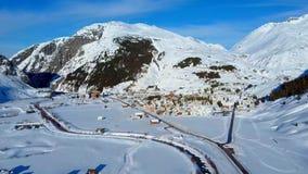 Het Andermattdorp in de Zwitserse bergen van Alpen, Zwitserland, is een populaire toevlucht van de de wintersport stock afbeelding
