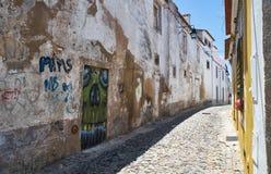 Het angst aanjagen graffiti van de schedel op de geblokkeerde deuropening binnen wordt getrokken die Royalty-vrije Stock Foto