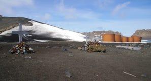 Het antarctische kruisen en van brandstoftanks Eiland van de Teleurstelling stock afbeeldingen