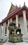 Het antieke beeldhouwwerk die van de Steen Chinese leeuw de koninklijke tempel Bangkok Thailand bewaken Stock Afbeeldingen