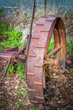 Het antieke roestige landbouwbedrijf voert wiel uit royalty-vrije stock fotografie