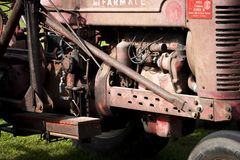 Het antieke zijaanzicht van de tractormotor royalty-vrije stock fotografie