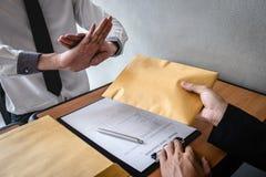 Het antiomkoperij en corruptieconcept, het Bedrijfsmens weigeren en ontvangt geld geen bankbiljet wikkelt binnen aanbieding van b stock fotografie