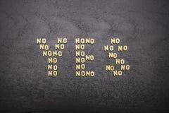Het antwoord ja uit een reeks woorden nr, met kleine deegwarenbrieven wordt samengesteld op een donkere achtergrond die van een h Royalty-vrije Stock Afbeelding