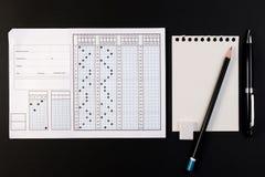 Het antwoordblad van het schoolexamen en pen Standaardtestvorm of antwoordblad royalty-vrije stock foto