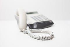 Het apparaat van de bureautelefoon met telefoonkoord wachten van vraag Kleine diepte van nadruk Stock Foto's