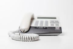 Het apparaat van de bureautelefoon met telefoonkoord wachten van vraag Kleine diepte van nadruk Royalty-vrije Stock Afbeeldingen