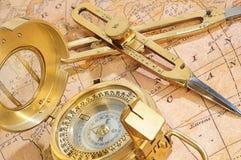 Het apparaat van de navigatie op een achtergrond een oude kaart Royalty-vrije Stock Afbeelding