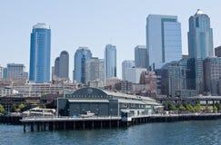 Het Aquarium van Seattle en de stad in Stock Afbeelding
