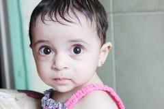 Het Arabische babymeisje staren Royalty-vrije Stock Fotografie