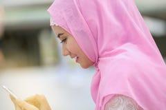 Het Arabische bedrijfsvrouw glimlachen gelukkig om celtelefoon te gebruiken en moder Royalty-vrije Stock Afbeeldingen
