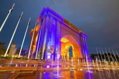 Het Arabische licht van de stijlpoort omhoog bij nacht in Abu Dhabi Royalty-vrije Stock Foto's