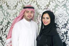 Het Arabische paar stellen royalty-vrije stock afbeeldingen