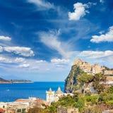 Het Aragonesekasteel is het meeste bezocht oriëntatiepunt dichtbij Ischia eiland, het royalty-vrije stock afbeeldingen