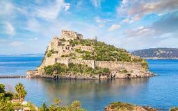 Het Aragonesekasteel is het meeste bezocht oriëntatiepunt dichtbij Ischia eiland, het stock foto