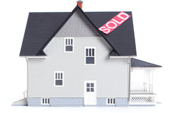 Het architecturale model van het huis met Verkocht geïsoleerd, teken, Stock Fotografie