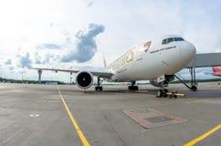 Het Arsenaal van de Emiraten van Boeing 777-200 Rusland Heilige-Petersburg 10 augustus, 2017 Stock Afbeeldingen