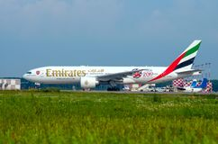 Het Arsenaal van de Emiraten van Boeing 777-200 Rusland Heilige-Petersburg 10 augustus, 2017 Stock Afbeelding
