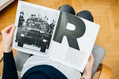 Het artikel van de vrouwenlezing in M le tijdschrift du monde royalty-vrije stock afbeeldingen