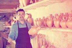 Het artisanaal dient hebben van keramiek binnen aardewerkstudio in royalty-vrije stock afbeeldingen