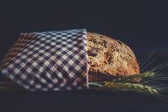 Het artisanale brood van de schuine standverschuiving met oren van tarwe Royalty-vrije Stock Foto