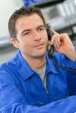 Het artisanale spreken op telefoon Stock Afbeelding