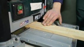 Het artisanale werken met schavende machine in workshop stock videobeelden
