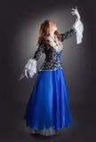 Het artistieke jonge vrouw stellen in elegant kostuum Stock Foto