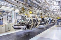 Het assembleren van auto's op transportbandlijn Royalty-vrije Stock Fotografie