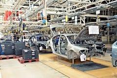 Het assembleren van auto's Skoda Octavia op transportbandlijn Royalty-vrije Stock Fotografie