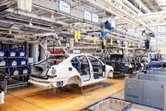Het assembleren van auto's Skoda Octavia op transportbandlijn Stock Afbeelding