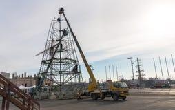 Het assembleren van een Kerstboom. Stock Afbeeldingen