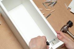 Het assembleren van meubilair, close-up van hulpmiddel ter beschikking stock afbeeldingen