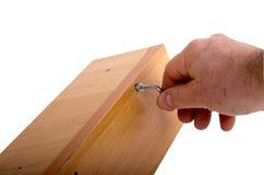 Het assembleren van meubilair, hexuitdraaimoersleutel ter beschikking Stock Foto