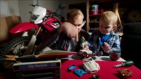 Het assembleren van Toy Car stock footage