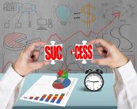 Het assembleren van twee raadsels voor succes in bureau Royalty-vrije Stock Afbeelding