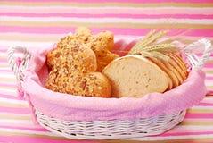 Het assortiment van de bakkerij in mand Stock Foto's