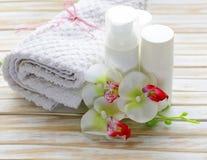 Het assortiment van kruiken roomt lotion af Stock Foto's