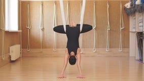 Het Athletmeisje controleert het gewicht van haar lichaam terwijl het opleiding van yoga stock videobeelden